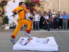 Spagna, l'antica tradizione de El Colacho, ovvero il 'salto del neonato'
