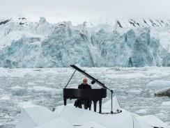 Artico, un pianoforte nel silenzio dei ghiacci. Einaudi incanta per Greenpeace [video]