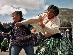 """PERU. Una strana tradizione di Natale: """"prendersi a pugni"""""""